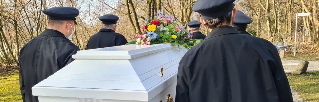 Sargträger geleiten zur letzten Ruhestätte - Trauerfeier mit Christian G. Binder