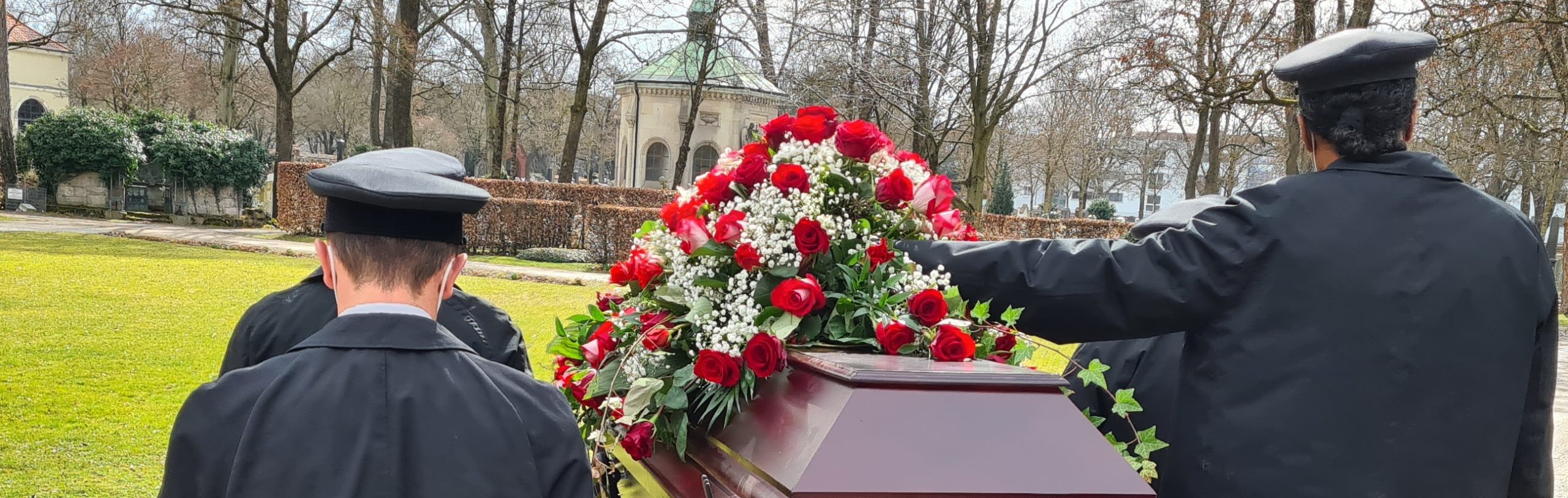 Sargträger geleiten zur letzten Ruhestädte - Trauerfeier mit Christian G. Binder