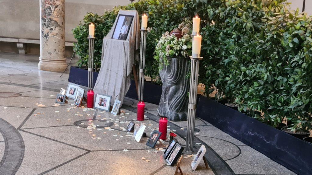 Bilder als Andenken befinden sich in der Trauerhalle Westfriedhof